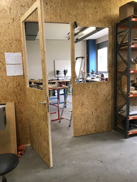 die t r zur trennwand ist fertig makerspace fablab. Black Bedroom Furniture Sets. Home Design Ideas